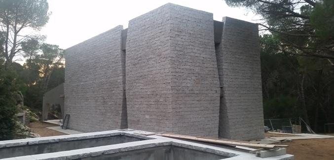 lato sinistro e facciata posteriore dell'edificio - foto galluranews
