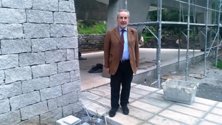 Antonello Menicucci davanti all'ingresso del CEDAP - foto galluranews